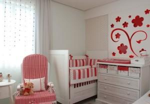 Para mãe que gosta do tom vermelho,  quarto inspirado em flores vermelhas