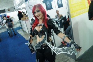 A cosplay da Katarina faz a festa dos fãs no evento.