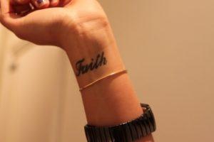 Modelos de Tatuagem Feminina no pulso 12
