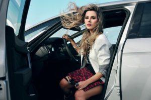 imagens de carros com mulheres 13
